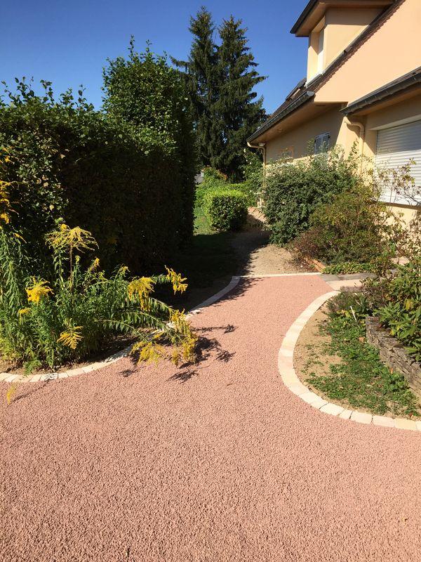 Réfection d'accès avec des bordures en pavés et un gravillon rose